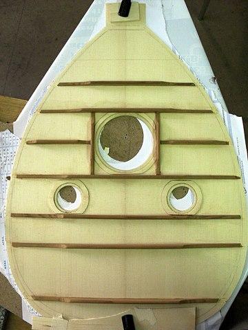 Die Resonanzdecke besteht aus zwei spiegelgleichen Teilen Fichte, die Balken auf der Rückseite aus Zeder. Sie ermöglichen der dünnen Decke, dem Druck der Saiten stand zu halten.